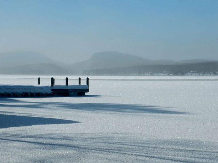 La beauté de l'hiver canadien à travers cette image du lac Brompton.