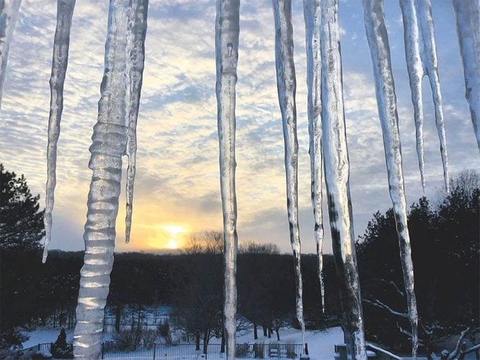 La beauté de l'hiver canadien à travers cette image d'un coucher de soleil.