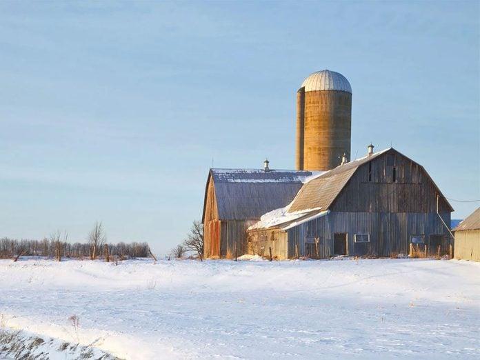 La beauté de l'hiver canadien à travers cette image d'une grange à de Maxville, en Ontario.