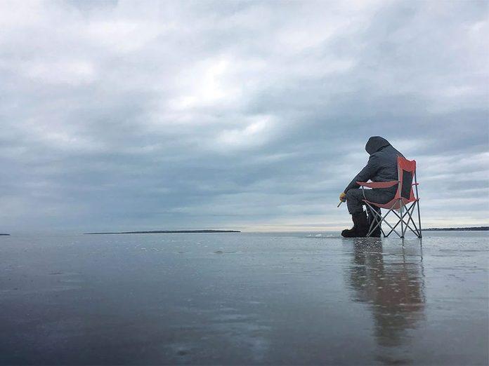 La beauté de l'hiver canadien à travers cette image de pêche à l'éperlan sur la glace.