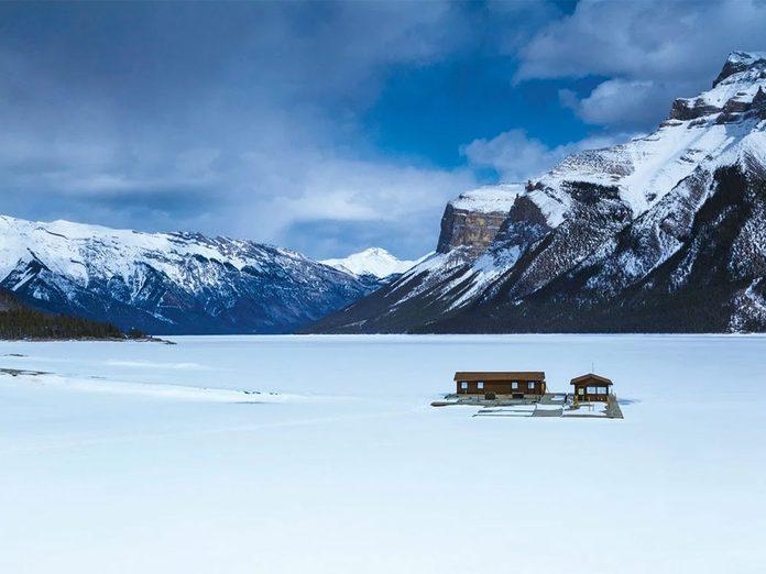 La beauté de l'hiver canadien à travers cette image du lac Minnewanka gelé.