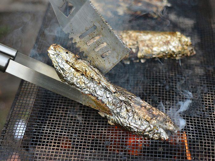 Les dangers potentiels du papier d'aluminium.
