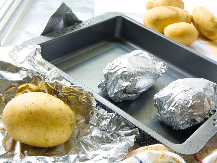 Est-il sécuritaire de cuisiner avec du papier d'aluminium?