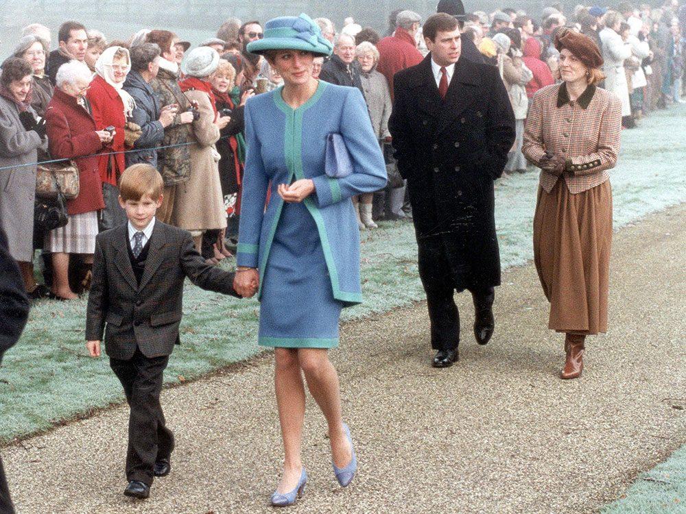 Photos de la princesse Diana habillée en bleu.