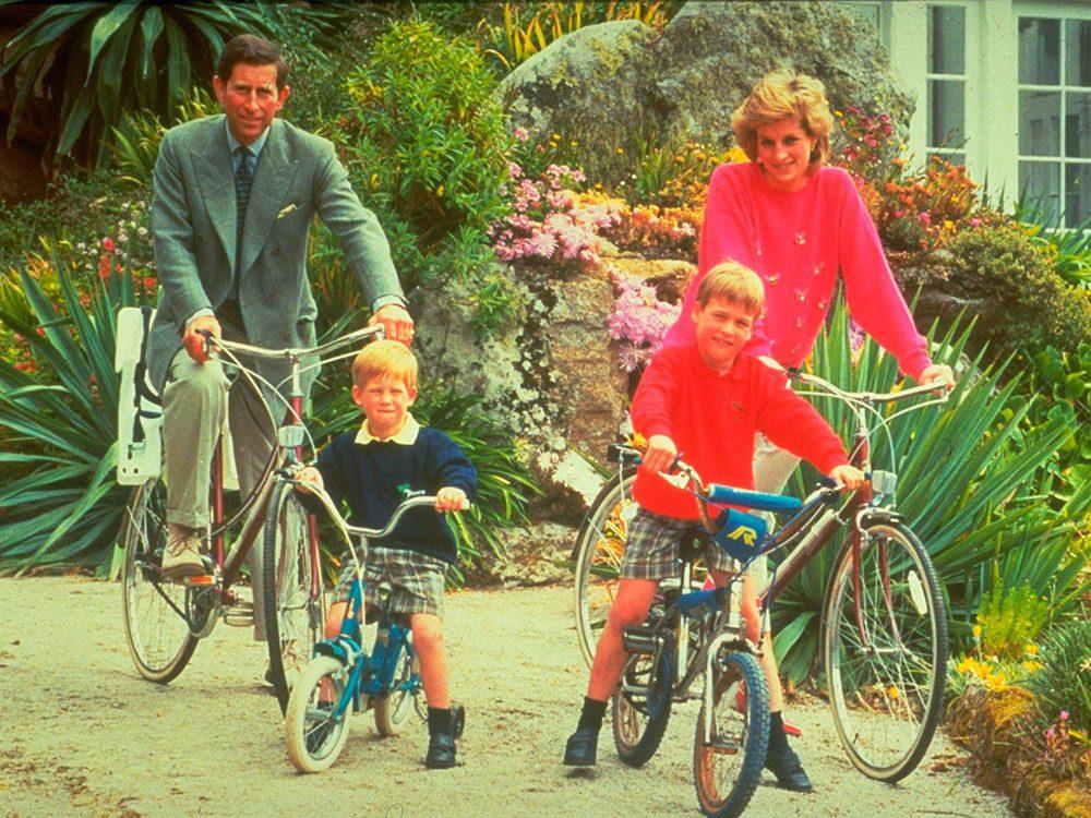 Photos de la princesse Diana à bicyclette en famille.