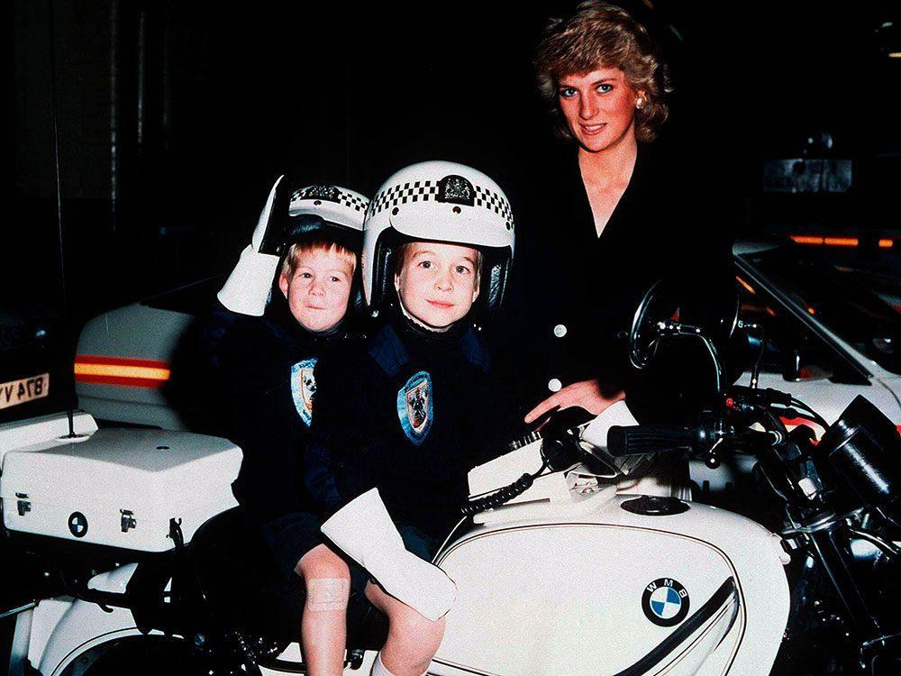 Photos de la princesse Diana avec ses fils déguisés.