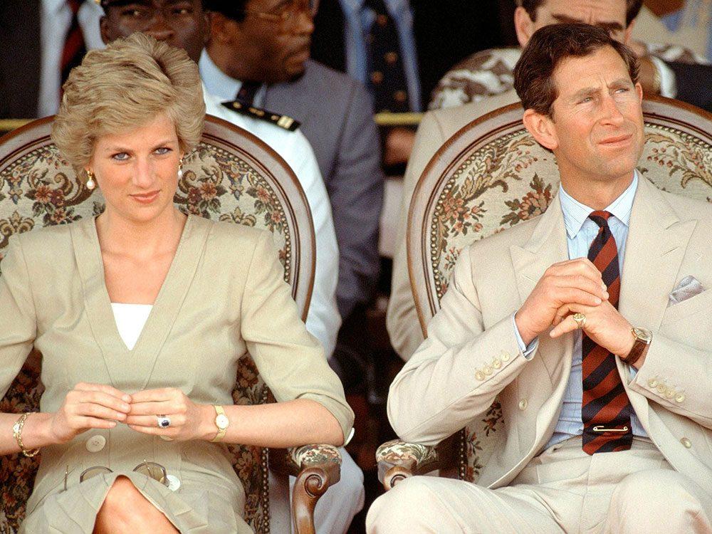 Photos de la princesse Diana et le prince Charles en costume beige.
