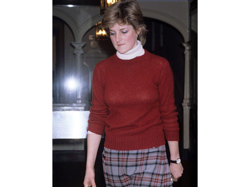 Photos de la princesse Diana avec sa longue jupe à carreaux.