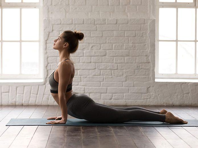 Comment faire le cobra ou la posture de yoga du chien tête en haut?