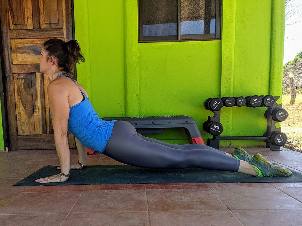 Le cobra ou la posture de yoga du chien tête en haut.