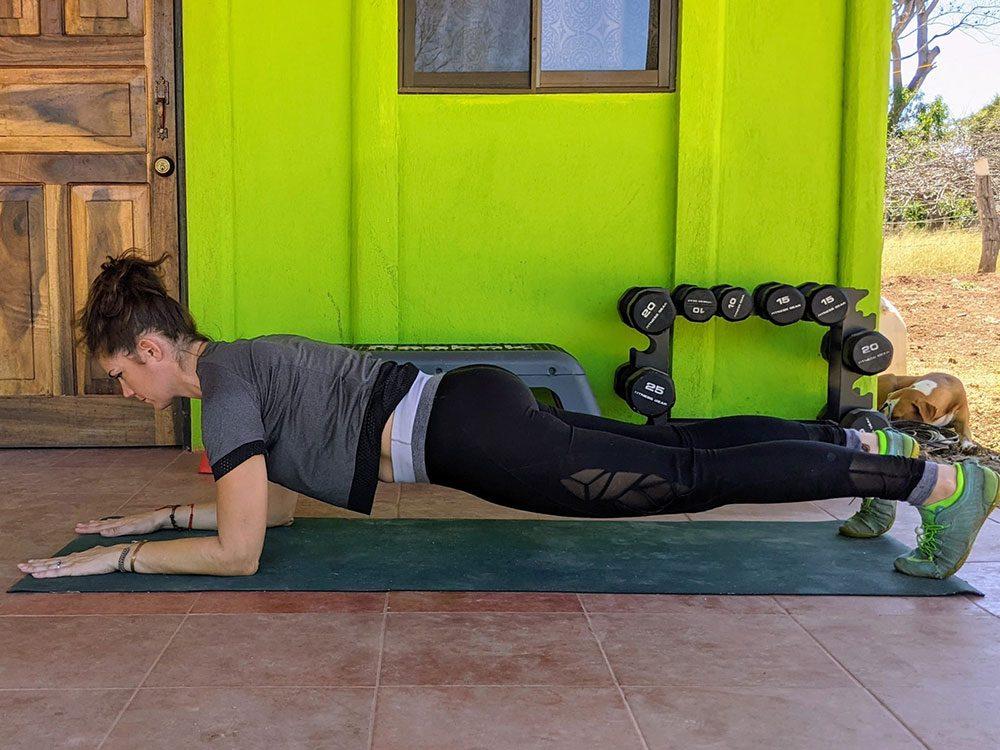 La planche est, pour plusieurs raisons, une bonne posture de yoga contre les douleurs lombaires.