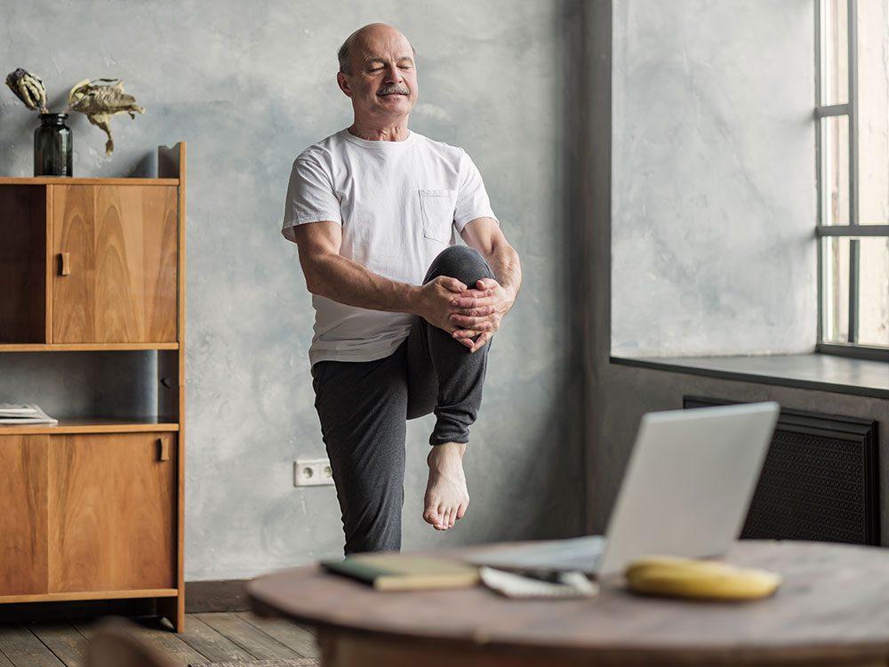 Bouger en faisant des postures de yoga.