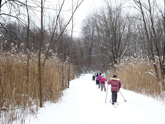 Le Parc-nature de la Pointe-aux-Prairies est parfait pour une randonnée hivernale.