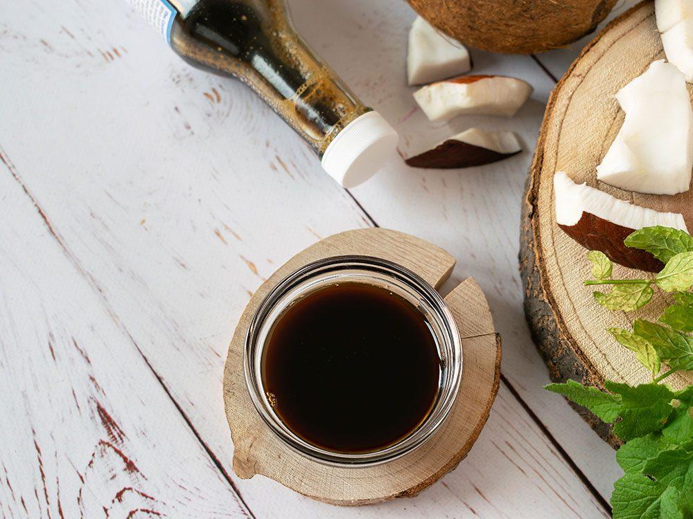 Utilisez de l'aminos liquide à la noix de coco biologique pour un repas riche en protéines.