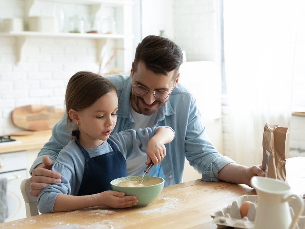 Pendant la semaine de relâche, cuisinez avec les enfants.
