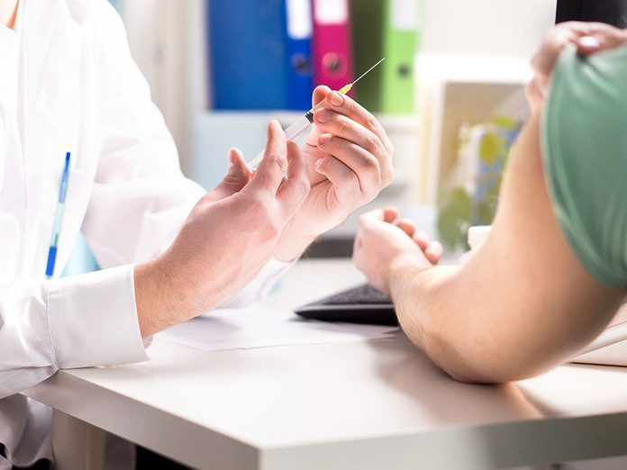 Faites-vous vacciner pour renforcer votre système immunitaire.