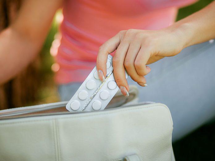Une tache blanche sur un ongle peut faire partie des effets secondaires de médicaments.