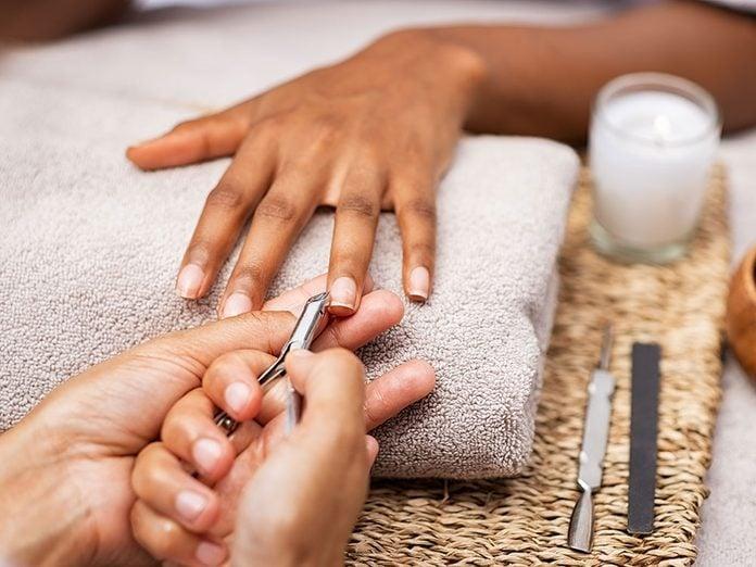 Une tache blanche sur un ongle est apparue suite à une pose de faux ongles.