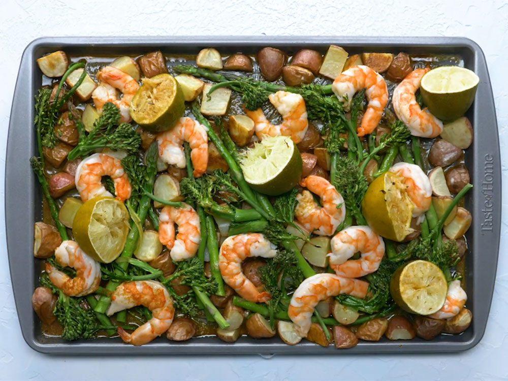 Des crevettes à la lime et au chipotle con pour un repas sur une plaque.
