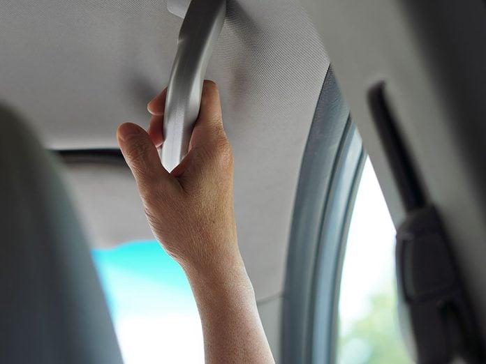 Les poignées de maintien font partie des caractéristiques que votre voiture a sans doute.