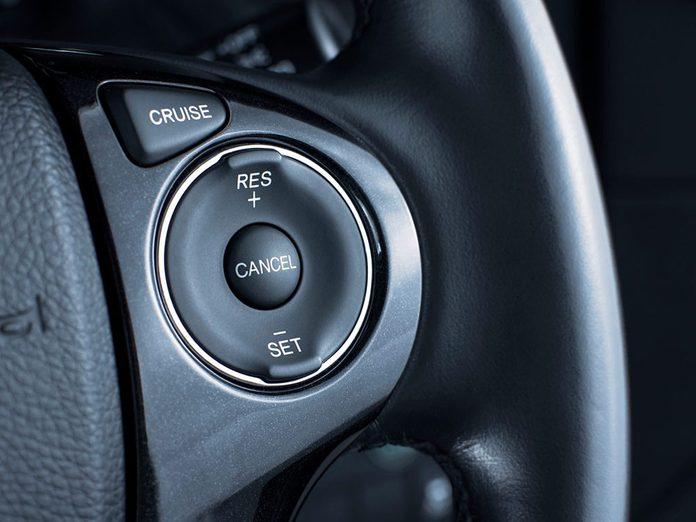 Le régulateur de vitesse adaptatif fait partie des caractéristiques que votre voiture a sans doute.