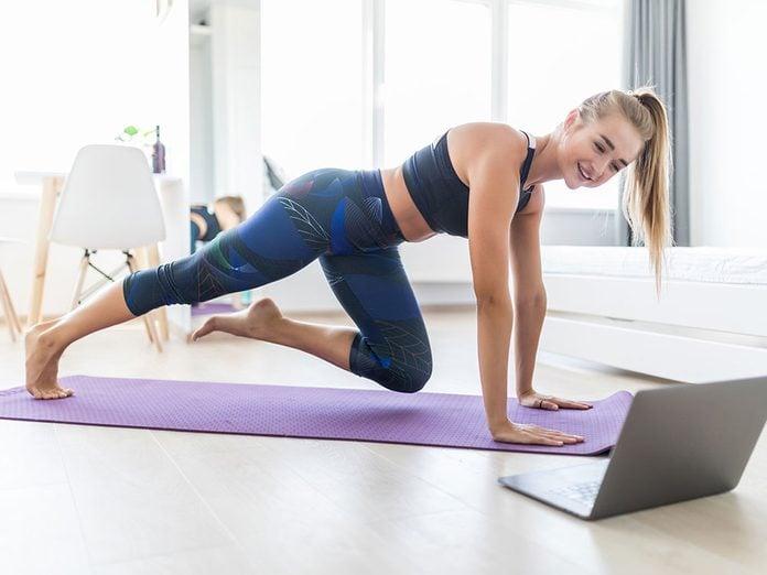 Comment laver son tapis de yoga de la bonne façon pour éviter les germes?
