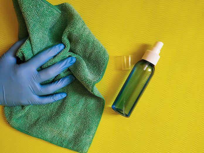 Comment laver son tapis de yoga et le désinfecter?