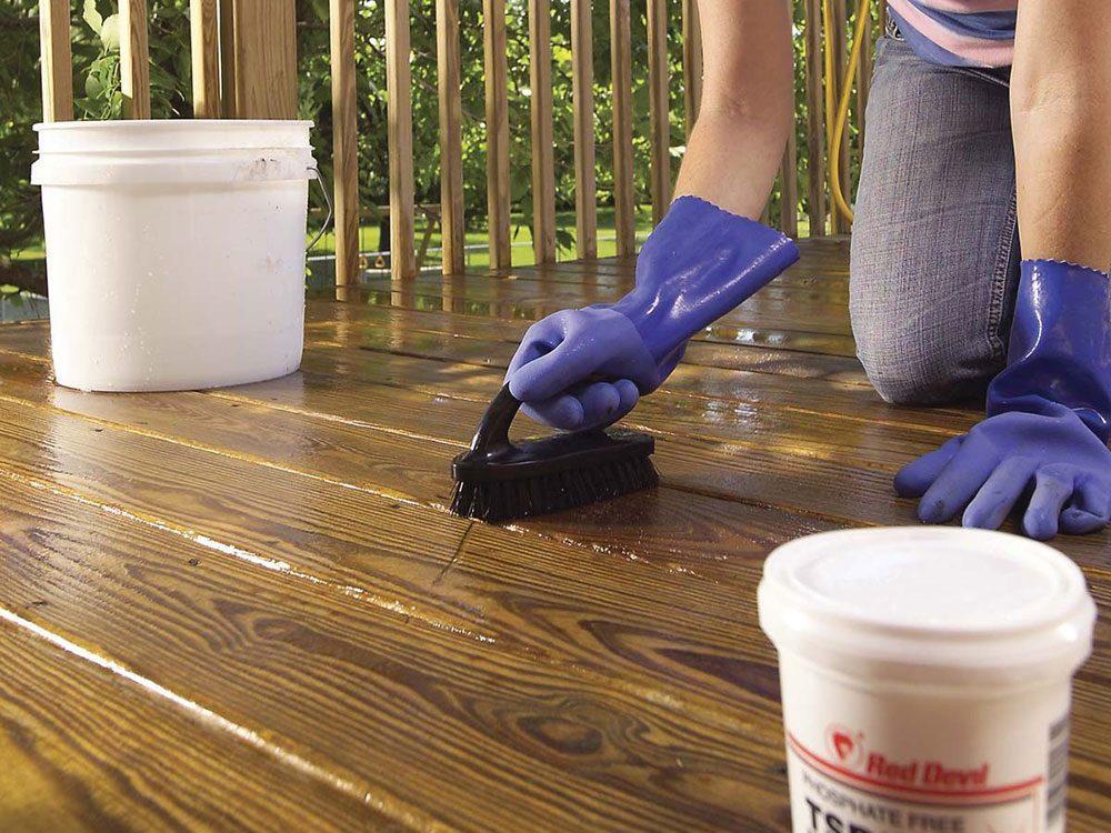 Comment nettoyer son patio: s'attaquer aux taches tenaces.