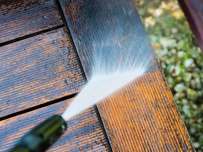 Comment nettoyer son patio: louez un nettoyeur à pression.