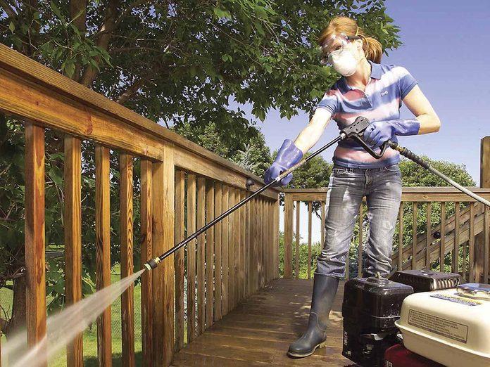 Comment nettoyer son patio: enlever le vieux fini.