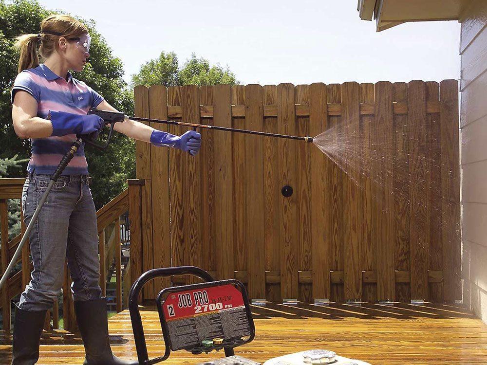 Comment nettoyer son patio: raviver le bois.