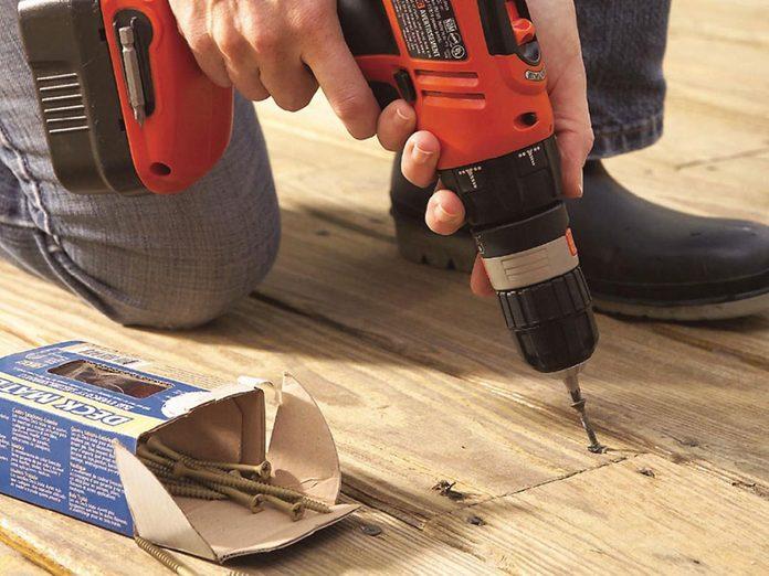 Comment nettoyer son patio: inspecter le patio au complet.