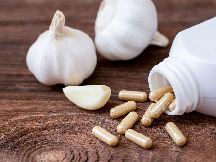 Les comprimés d'ail sont des suppléments à prendre contre les douleurs articulaires.