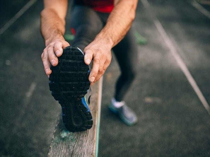 Des douleurs musculaires peuvent être signe d'une rhabdomyolyse.