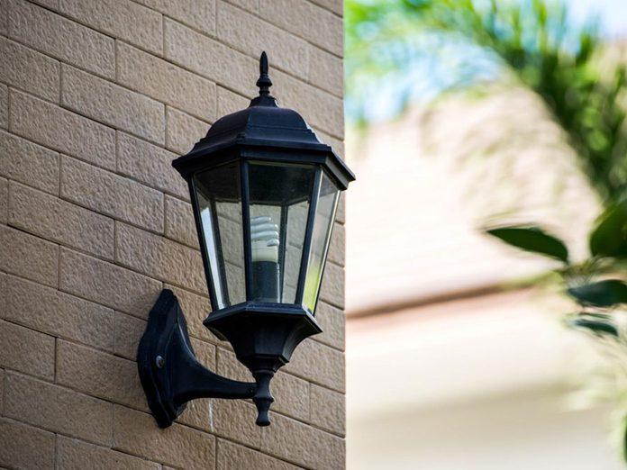 N'oubliez pas de faire le grand ménage de l'éclairage extérieur.