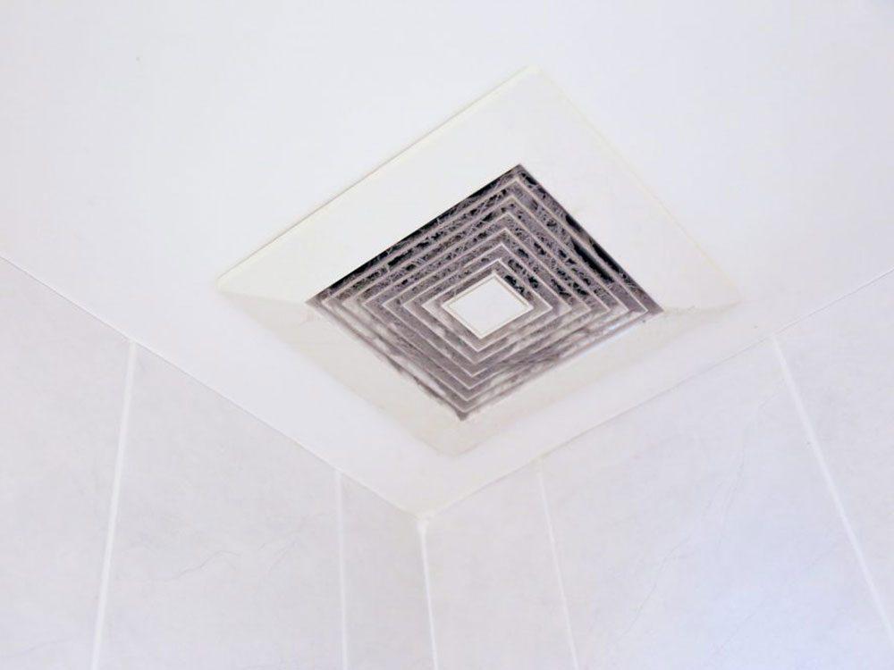N'oubliez pas de faire le grand ménage de la grille du ventilateur du bain.