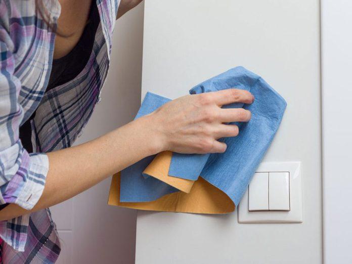 N'oubliez pas de faire le grand ménage des murs et des moulures.