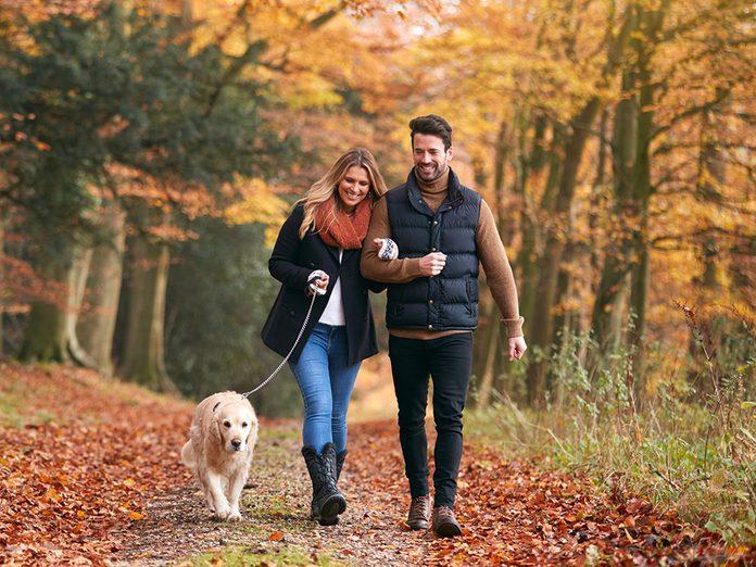 ëtre accompagné d'une personne ou d'un groupe pendant votre marche peut vous aider à brûler plus de calories.