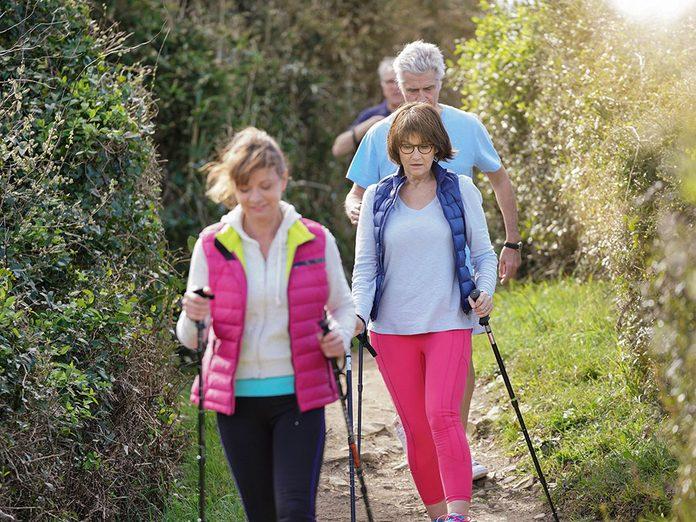 Utilisezdes bâtons de marche pendant votre marche pour brûler plus de calories.