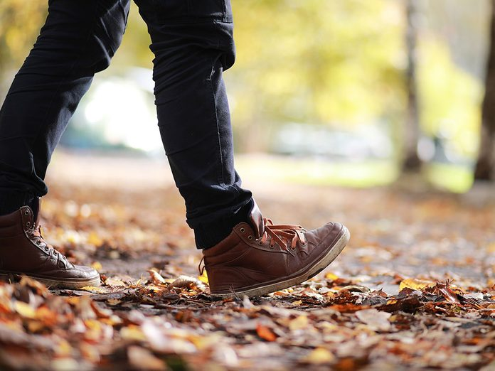 Servez-vous correctement de vos pieds pendant votre marche pour brûler plus de calories.