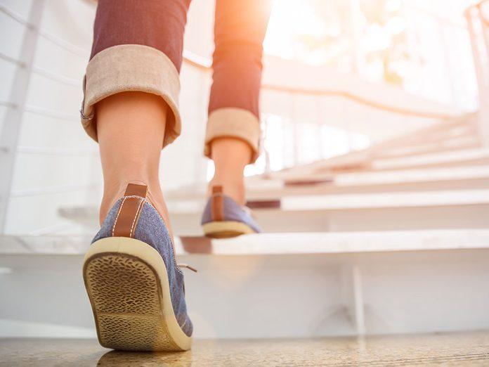 Montez de niveau pendant votre marche pour brûler plus de calories.