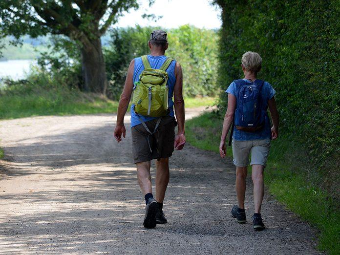 Ajoutez une légère charge pendant votre marche pour brûler plus de calories.