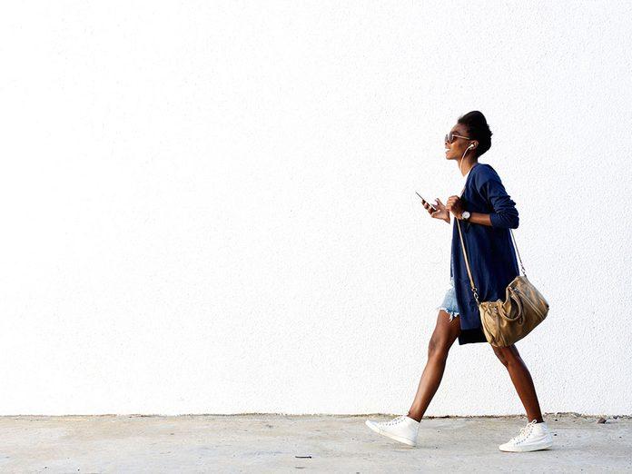 Faites attention à votre posture pendant votre marche pour brûler plus de calories.