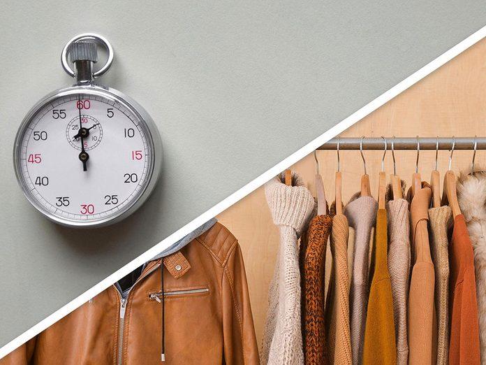 Ménage du printemps: déplacer les vêtements d'hiver dans un rangement approprié.