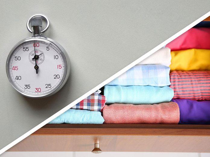 Ménage du printemps: plier les vêtements d'un tiroir mal organisé.