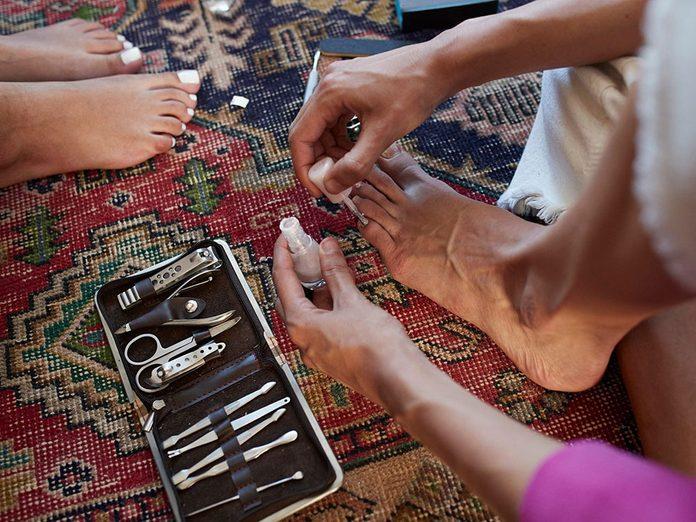 Mettez du vernis à ongles pour une pédicure maison.