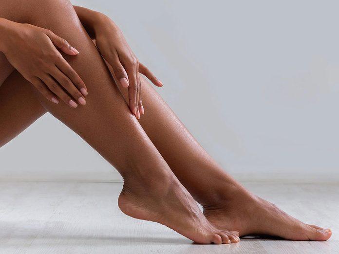 Hydratez et massez vos pieds pour une pédicure maison.