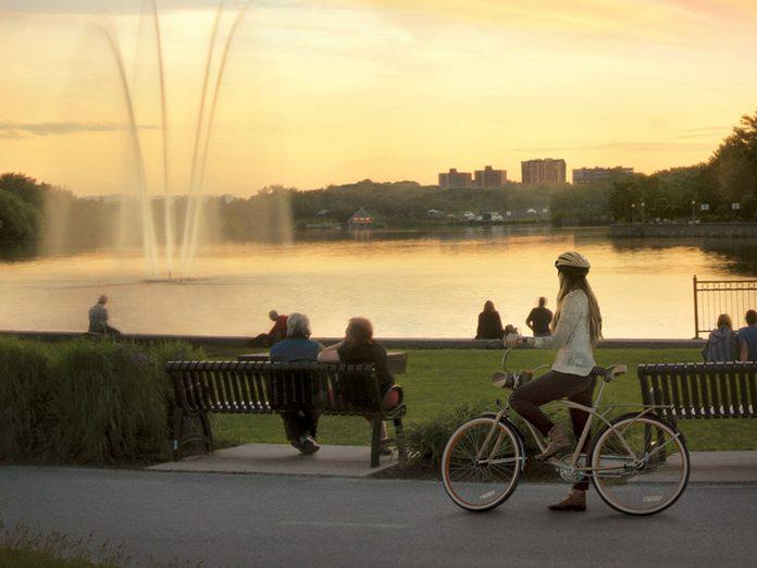 La promenade du Lac-des-Nations à Sherbrooke est l'une des pistes cyclables à faire aux alentours de Montréal.