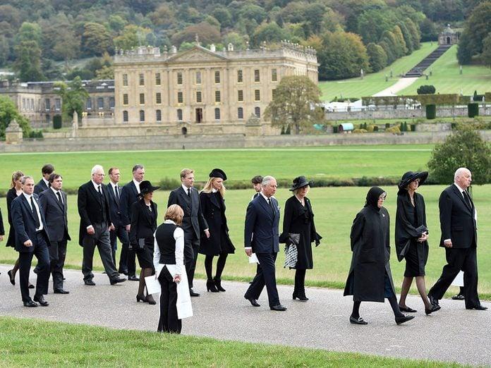 Debout en hommage à la famille royale et au Prince Philip.