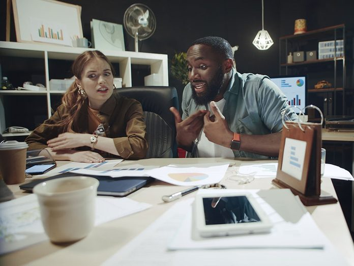 Alerte aux problèmes de couple: vous remarquez des bizarreries dans vos finances.